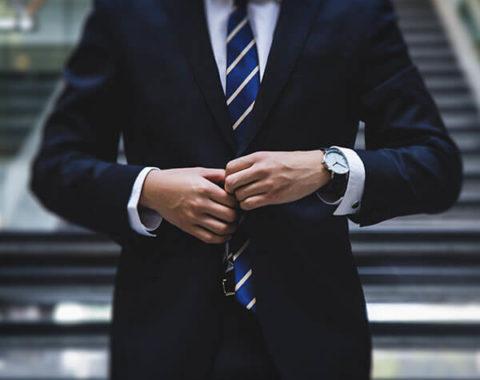 Ein Mann im Anzug
