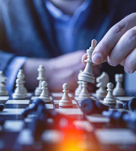 Ein Mann spielt Schach