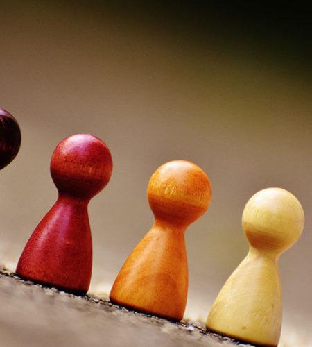 4 kleine Schachfiguren stehen bergab