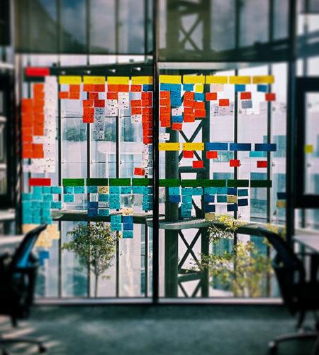 Ein leerer Büroraum mit vielen Postits an der Fensterfront